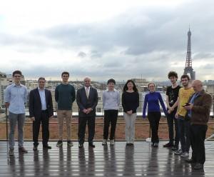 L'équipe Henri-IV participante à l'ITYM avec M. Lixi, président du Fonds de dotation, et M. Corre, vice président, sur la terrasse de OnePoint